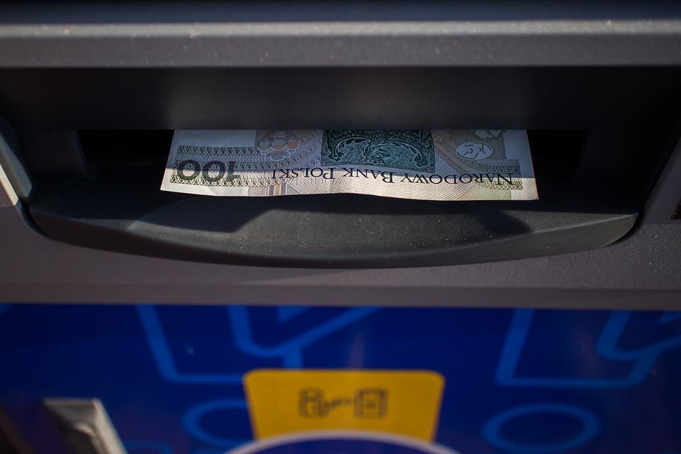bankomat s penězi