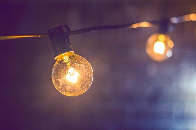 žárovky na kabelu