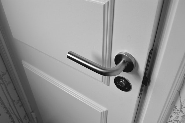 bílé dveře, klika
