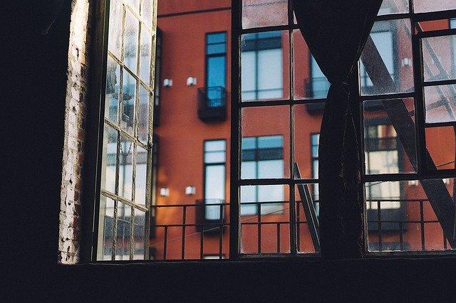 bytovový dům okno
